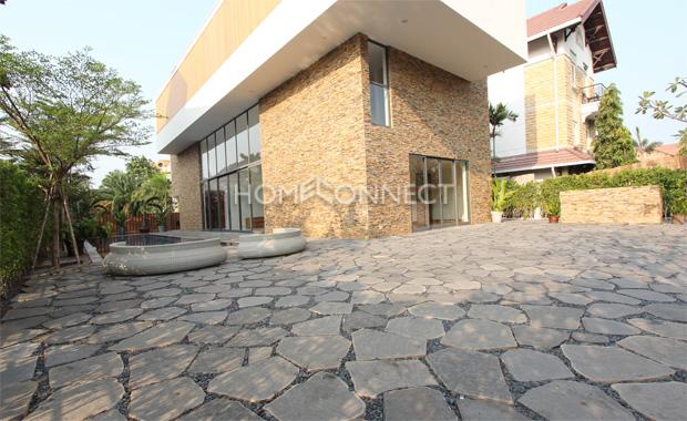 yard-luxury-villa-for-lease-in-Saigon-Vietnam-vc020364_1
